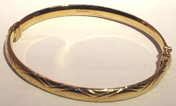 9ct Gold Kiss design hinged Wide Bangle