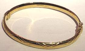 9ct Gold Kiss design hinged Wide Bangle